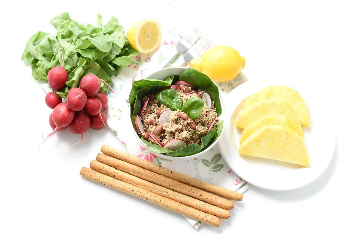 Ensalada de quinoa, alubias rojas y espinacas